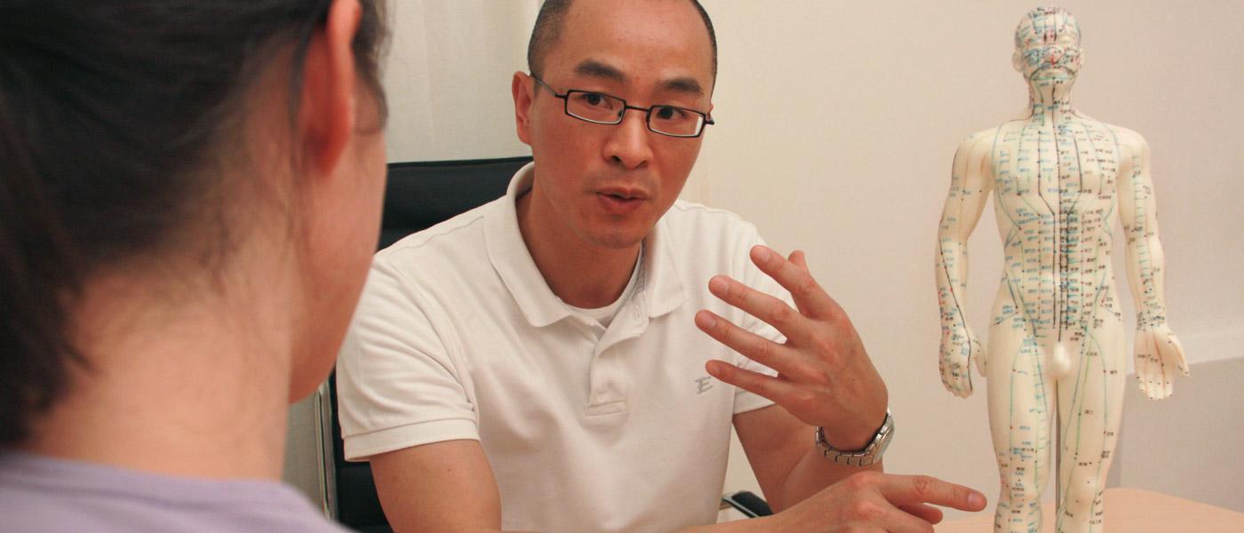 Dr. Zhang erklärt die Wirkungsweise der Akupunturpunkte